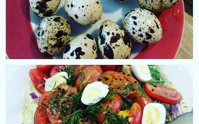 Sałatka z tuńczykiem i jajami przepiórczymi